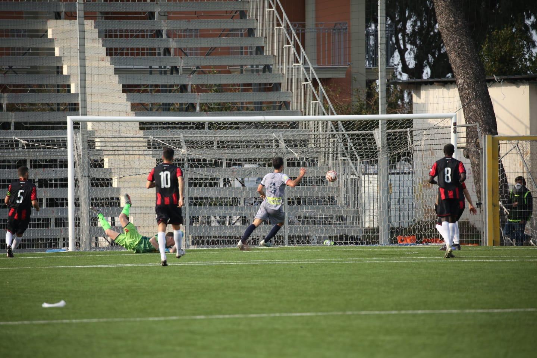 Tato Díaz puso el broche de oro en la goleada a domicilio del Taranto FC por 0 a 3. Con esta victoria, el equipo del argentino se pone líder.