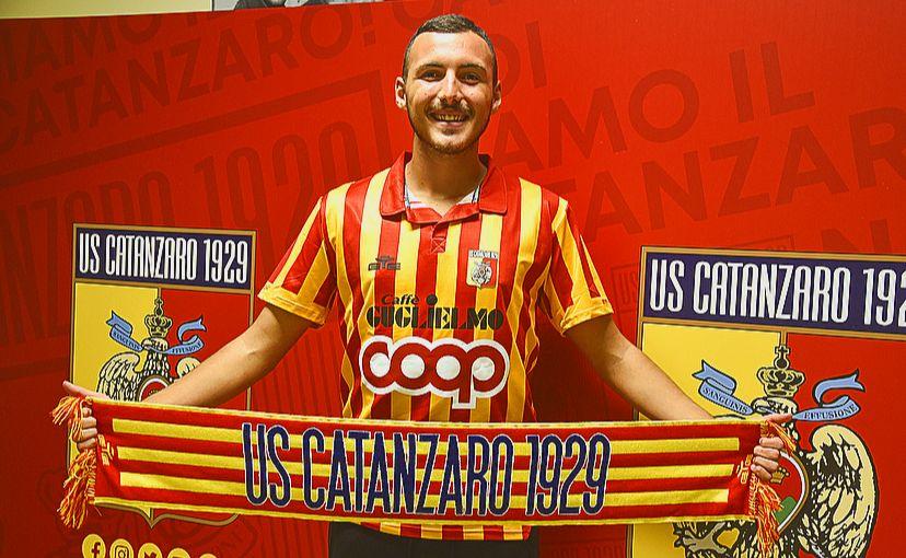 Samuele Ferrara es un central de 17 años que juega en el Catanzaro de la Serie C y que se formó en la cantera del Sampdoria.