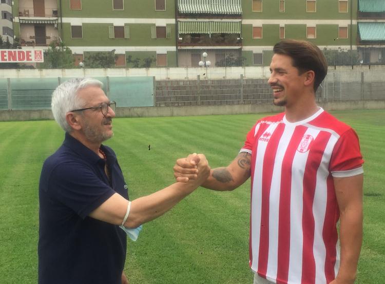 El centrocampista-defensor Tomás Urruty ha sido fichado por el Rende Calcio. Llega procedente del US Città di Fasano.